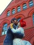 Huge couple statue outside art musuem